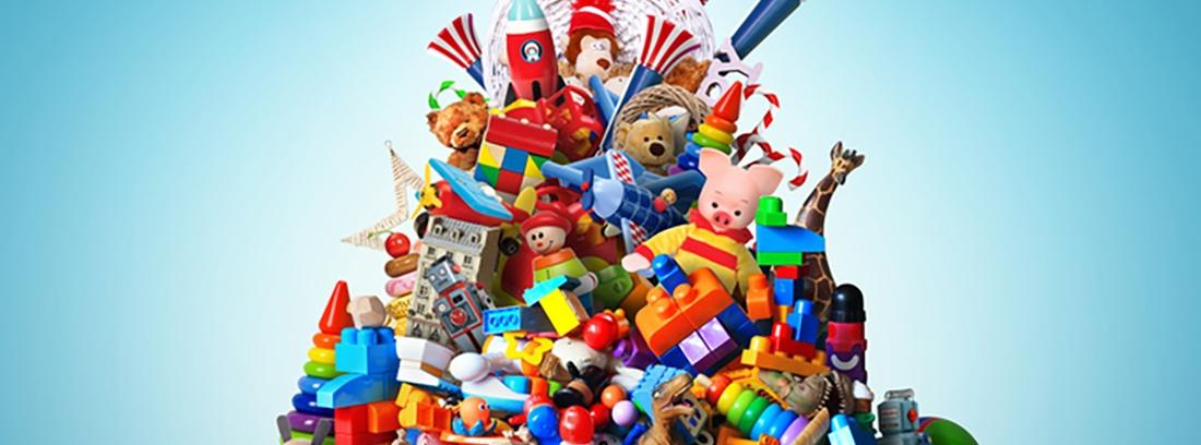una montaña de juguetes para niñas y niños