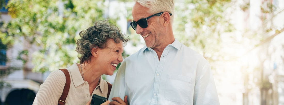 mujer y hombre mayor riendose