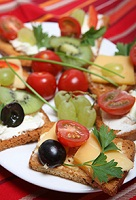 canapes de queso de cabra, kiwi y tomates cherry