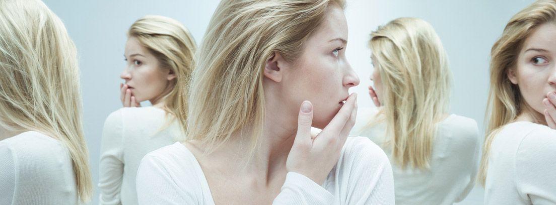 Mania: mujer mirándose al espejo constantemente