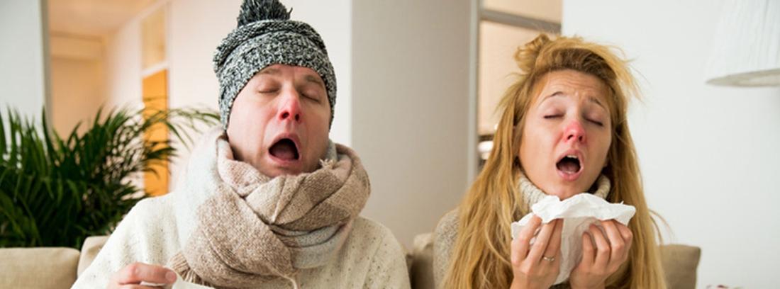 pareja en un sofá estornudando y enfermos