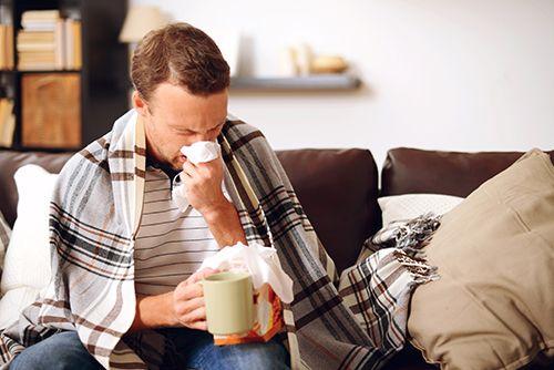 hombre con rinitis estornudando