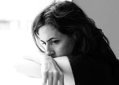 imágen en blanco y negro de mujer depresiva