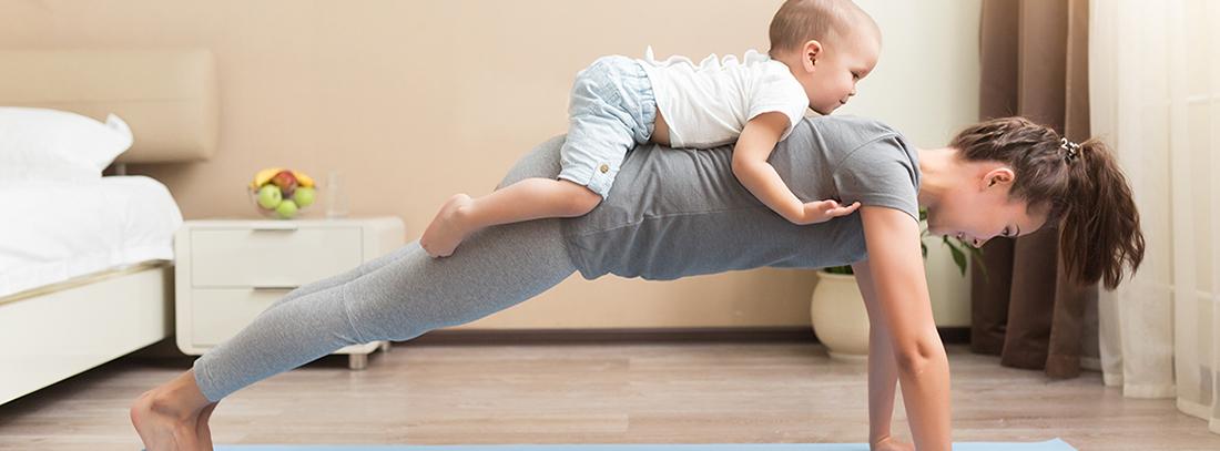 mujer con bebe haciendo yoga