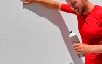 hombre apoyado en una pared