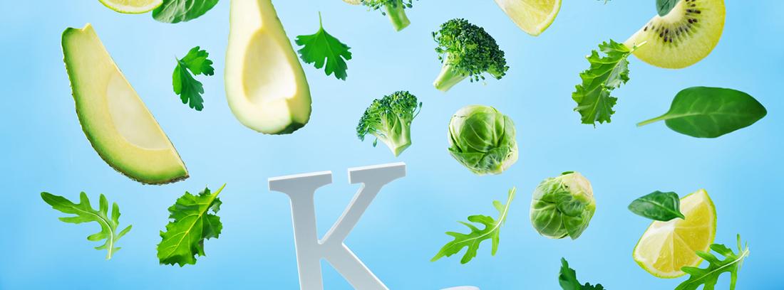 trozos de vegatales cayendo sobre una gran letra k