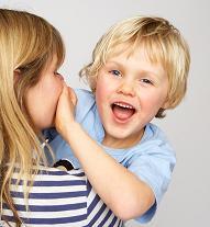 niño en brazos de mujer tapándole la boca