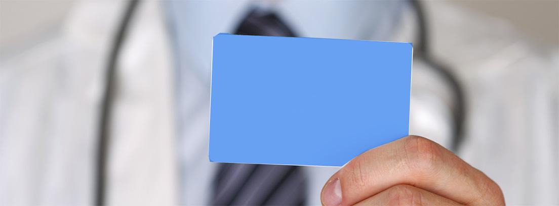personal médico sujetando una tarjeta de asistencia médica