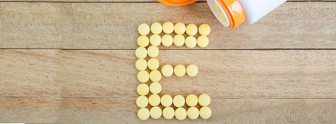 comprimidos de vitamina E formando la letra E