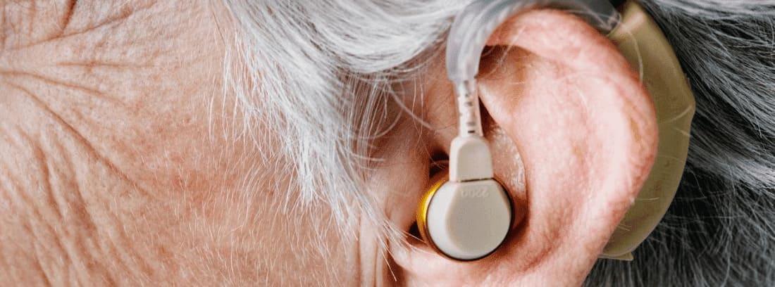 oreja de persona mayor con un aparato para la audición