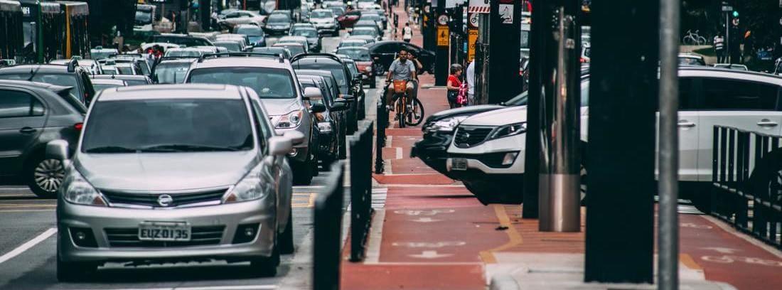 calle llena de tráfico con muchos coches
