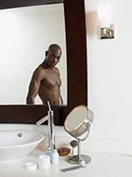 hombre-mirandose-espejo