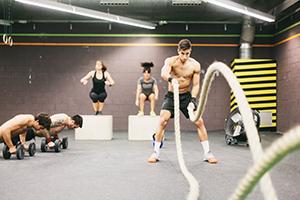 deportistas practicando crossfit