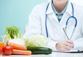 Médico recomendando una dieta saludable