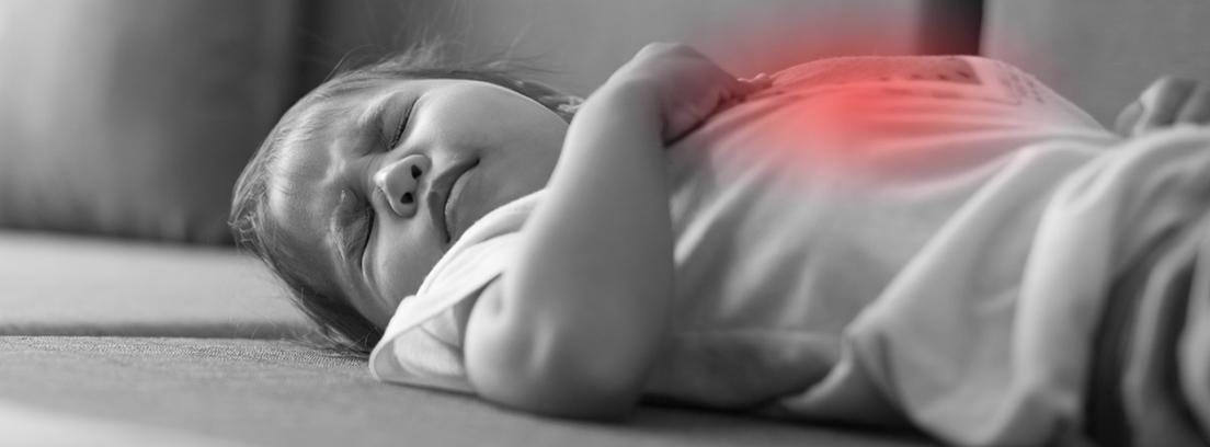 Niño pequeño que sufre de un dolor de estómago doloroso