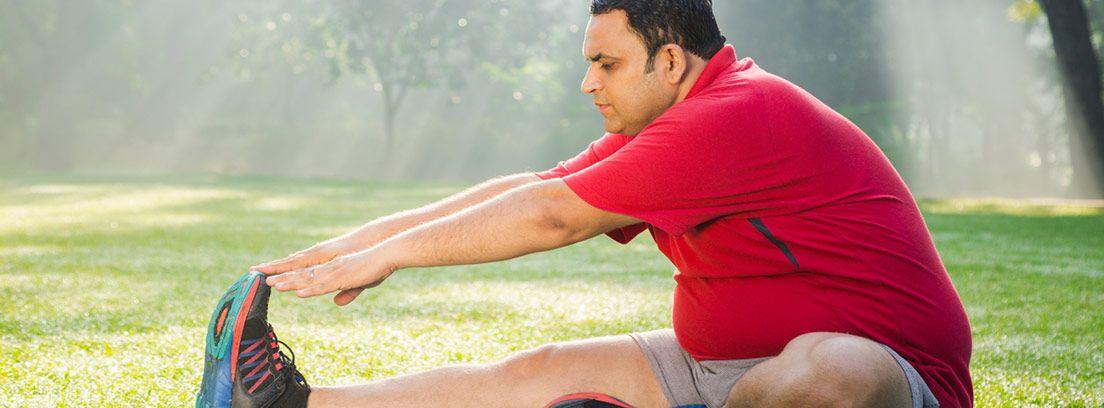 Entrenamiento hombre con obesidad en el parque