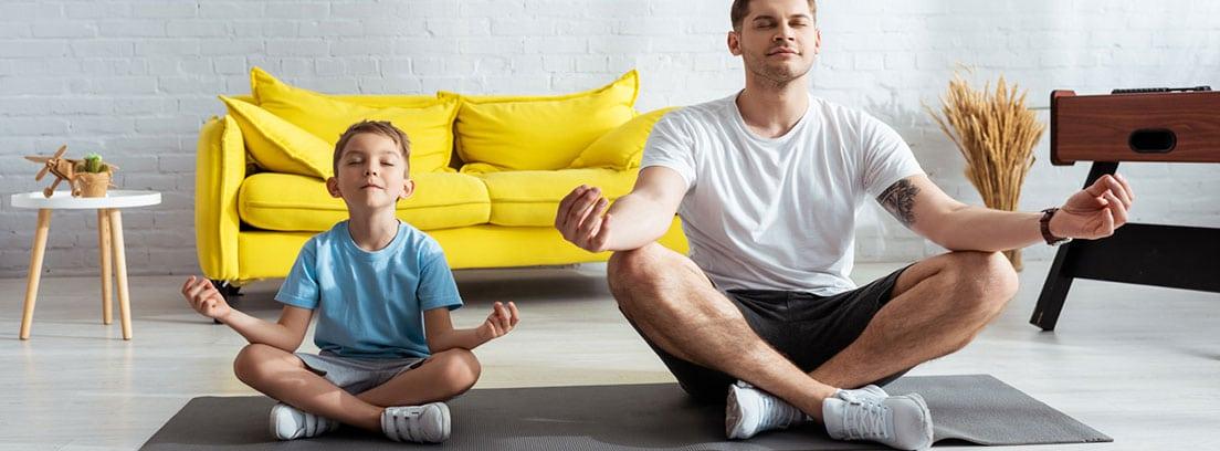 El ejercicio más aconsejable para niños: padre e hijo haciendo yoga