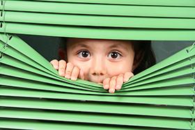 niña escondida,fobia escolar