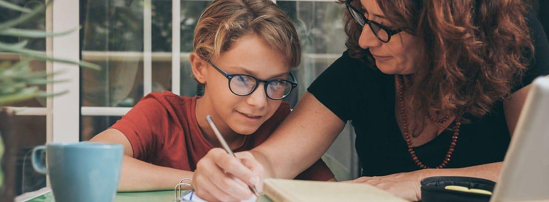 Consejos para crear un buen hábito de estudios: niño estudiando con la ayuda de su madre