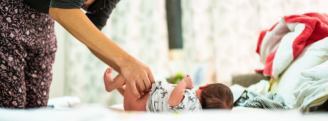 mujer realizando cuidados a un bebé