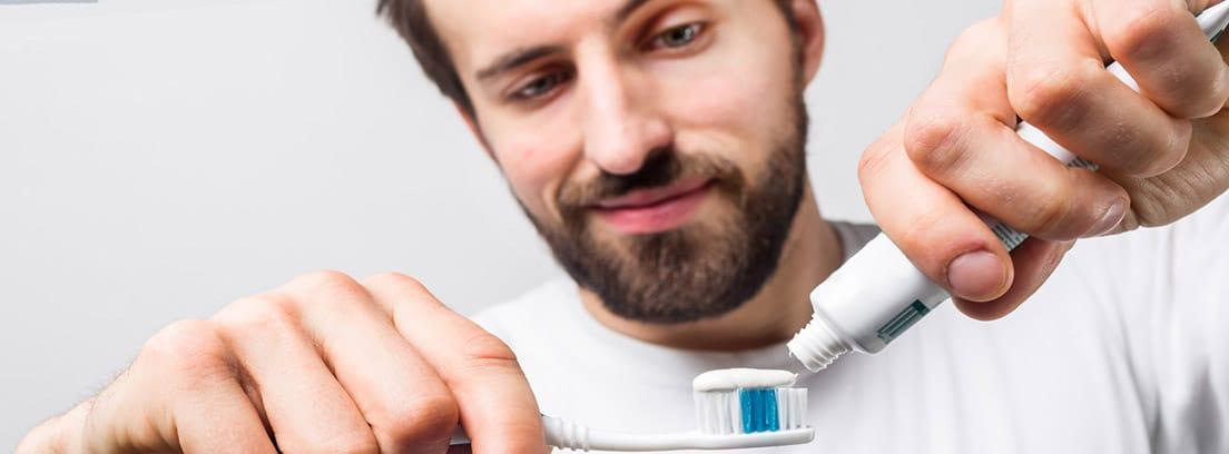 Cuidados higiénicos en el hombre: varón con un cepillo de dientes