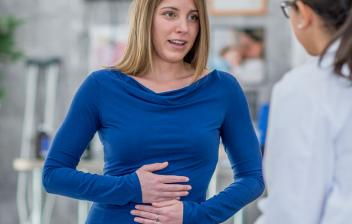 Intoxicación por setas: mujer en consulta médica con dolor de estómago