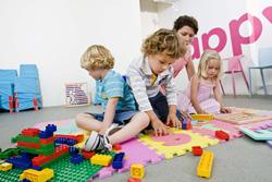 niños jugando con diversos juguetes