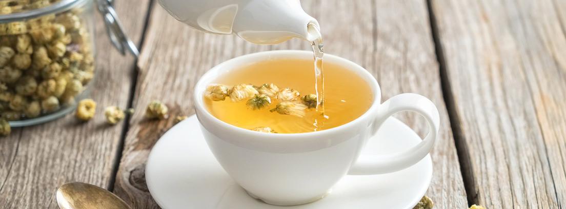 tetera y taza de manzanilla