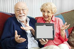 personas mayores y tablet