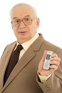persona mauor con móvil