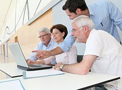 personas mayores aprendiendo internet