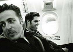 dos personas en un avión con miedo a volar