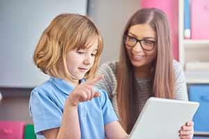 niños índigo,niña y mujer con tablet