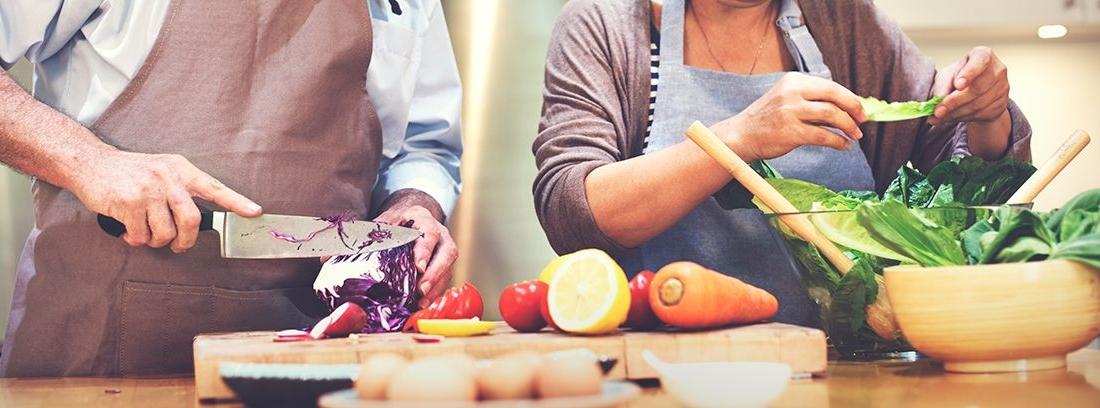 personas mayores preparando alimentos nutricionales