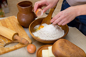 cocinando con harina y huevos