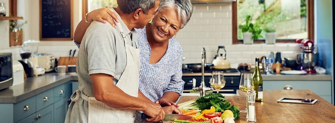personas mayores preparando la comida