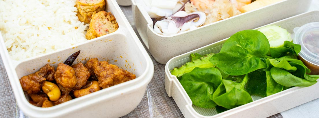 Comer de tupper de forma sana: diferentes tupper con comida preparada