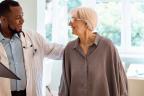 Valoración geriátrica integral: médico con paciente mayor