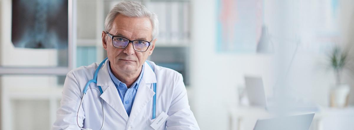 Valoracón geriátrica integral: médico serio en su lugar de trabajo