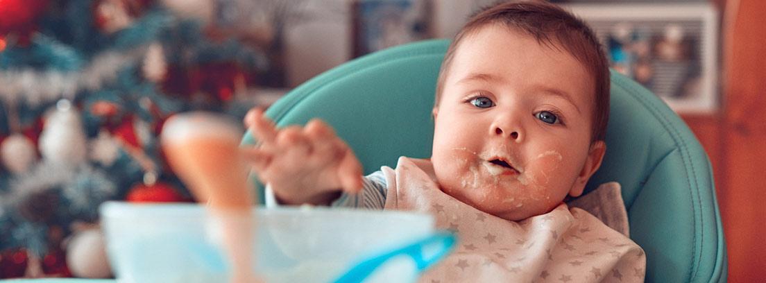 bebé comiendo en su trona en Navidad