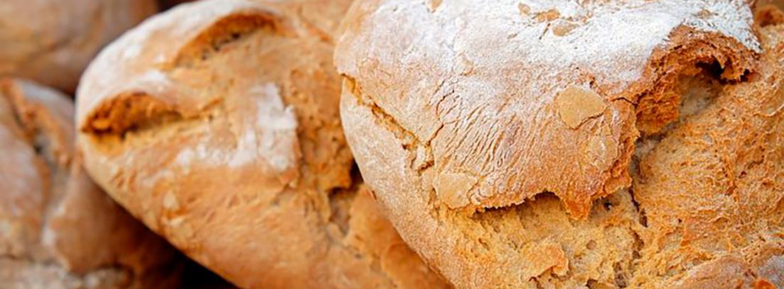 mujer oliendo pan