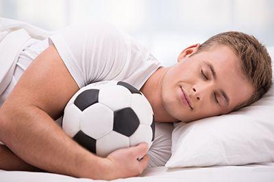 joven durmiendo con un balón