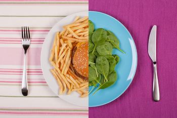 plato dividido mitas espinacas y mitad hamburguesa con patatas