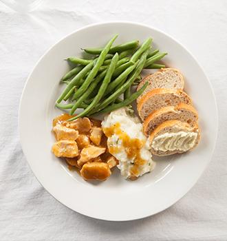 plato con pan, verduras,carne,patatas