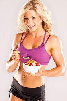 mujer deportista comiendo ensalada