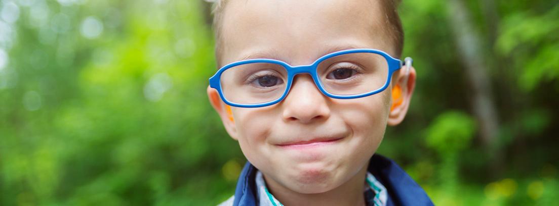 niño mirando por una lupa