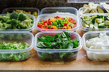 verduras en recipientes de plástico