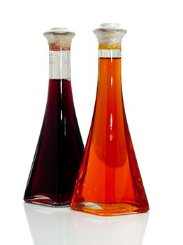 dos botellas de diferentes vinagres