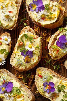 canapes con flores comestibles