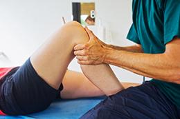 Fisioterapia con deportista con lesión de rodilla